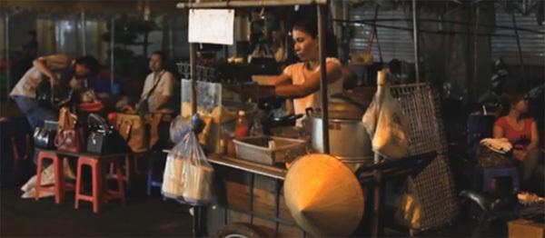 """Backpackers - chapter I: Vietnam (xem clip) là phần đầu tiên trong loạt clip ghi lại hành trình của hai chàng trai nước ngoài """"phượt"""" qua 3 nước Đông Nam Á gồm Việt Nam, Campuchia và Thái Lan trong 23 ngày. Họ đã dành 6 ngày khám phá Việt Nam, đi qua một số điểm đến như TP HCM, Cần Thơ, Củ Chi và Châu Đốc. Nụ cười, sự thân thiện của người Việt Nam cùng những cảnh đẹp tự nhiên để lại nhiều ấn tượng nhất cho hai chàng trai trẻ."""