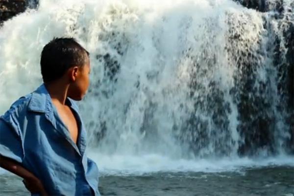 Wisdom Of Laos/ Land of Smiles (xem clip) là một trong nhiều clip tác giả Nicolas Bailleul thực hiện trong chuyến du lịch tại châu Á của mình. Những hình ảnh trong clip này được quay ở Luang Prabang, Vang Vieng, Vientiane, Boloven, Pakse, Tadlo, sông Nam Ou...