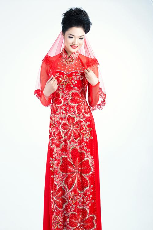 Họa tiết hoa mai lớn không chỉ nổi bật trên nền vải đỏ tươi mà còn giúp cô dâu gày, nhỏ cải thiện vóc dáng, trông đầy đặn hơn.