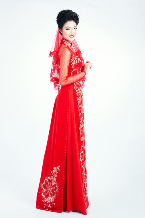 Kết hợp cùng khăn voan, cô dâu có thể diện trang phục này khi tổ chức hôn lễ theo nghi thức truyền thống.