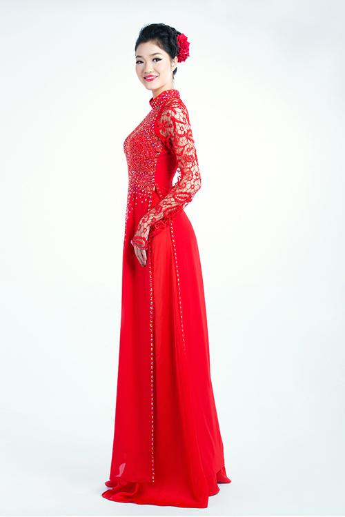 Tay áo được làm bằng ren thưa, tạo cảm giác mát mẻ cho cô dâu mùa hè.