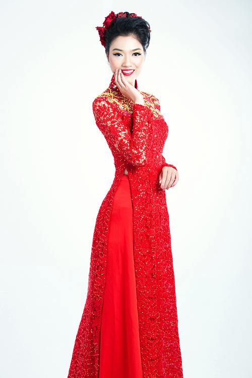Hạt pha lê đính trên cổ áo vừa có tác dụng làm dịu màu đỏ, không gây cảm giác nhức mắt mà còn
