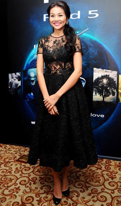 Thanh Hang ra mắt một sản phẩm công nghệ, Thanh Hằng gây chú ý với bộ váy kiểu dáng thanh lịch, phần thân trên bằng chất liệu ren mỏng.