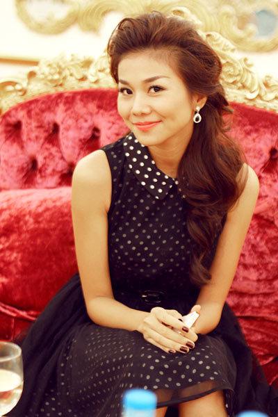 Có lúc chân dài lại thể hiện nét dịu dàng, nữ tính trong mẫu váy xòe chấm bi đen trắng phủ ren đen duyên dáng.