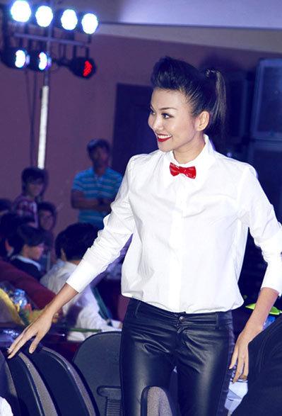 Thanh Hang giám khảo một cuộc thi nhan sắc.