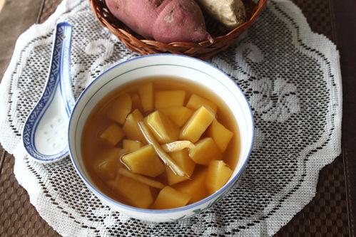 Từng miếng khoai lang mềm, bùi nhưng không bị nát, hòa quyện với nước đường thơm mùi gừng.
