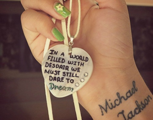 Trong một thế giới đầy sự tuyệt vọng, chúng ta vẫn phải dám ước mơ - Michael Jackson.