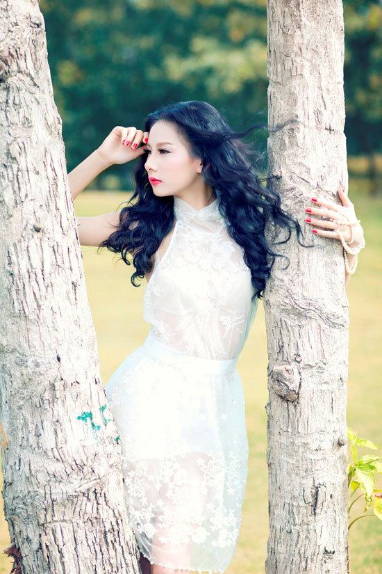Nguyễn Thị Hằng sinh năm 1993, cao 1m70, nặng 48 kg, số đo ba vòng 83-62-90. Bạn bè gọi Hằng với tên thân mật là Hằng Kool. Hằng sinh ra và lớn lên ở Huế và đang sống tại Hà Nội. Hằng yêu thích thời trang và chụp hình.