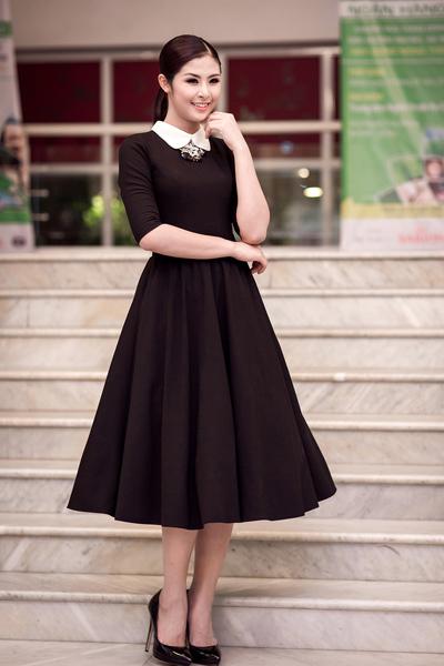 Hoa hậu Việt Nam 2010 mặc bộ váy đen rất giản dị.