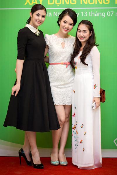Ngọc Hân và Thụy Vân chụp ảnh cùng MC Thanh Thảo.