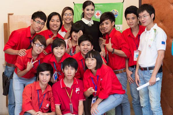 Ngọc Hân chụp ảnh lưu niệm cùng các tình nguyện viên.