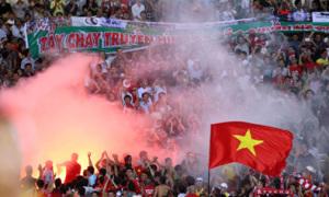 Fan sân Mỹ Đình chào Arsenal bằng pháo sáng