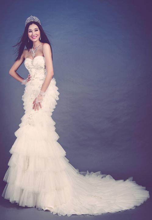 Chiếc váy này được tạo nên bởi rất nhiều lớp vải voan lưới nhẹ, xốp