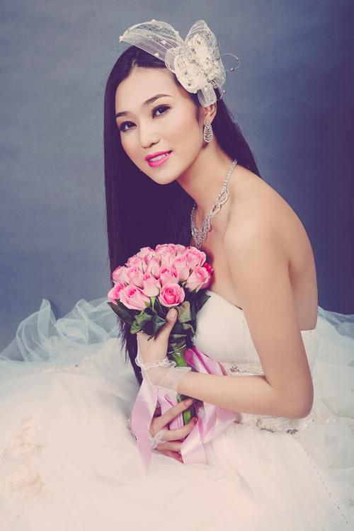 Đường kẻ nhũ trắng ở lòng trong mí mắt dưới sẽ tạo cảm giác đôi mắt to, tròn. Trong trường hợp mắt bị nhỏ, cô dâu có thể sử dụng kính giãn tròng.