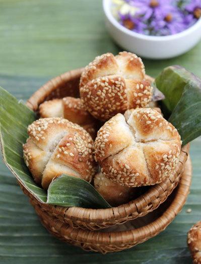 Là một món ăn vặt khá yêu thích của người miền Nam, bánh vừng nứt có nguyên liệu đơn giản, giòn tan, thơm mùi vừng và chế biến nhanh so với những loại bánh khác.