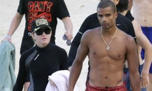 Madonna mặc kín đáo bên bồ trẻ