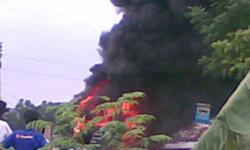 Xe khách cháy trơ khung giữa đường
