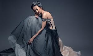 Cô dâu 'nổi loạn' với váy đen Gothic