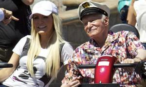 Ông chủ Playboy 87 tuổi dạo chơi Disneyland với vợ trẻ