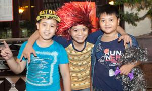 Quang Anh vui đùa với bạn bè tại Hà Nội