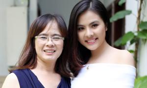 Mẹ Vân Trang trẻ trung không kém con gái