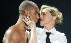 Madonna chia tay bồ trẻ kém 30 tuổi
