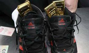 Nhét 4 kg vàng dưới giày
