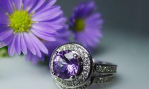 Nhẫn đính hôn mang sắc màu đá tím