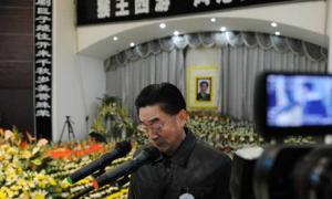 Lục Tiểu Linh Đồng nghẹn ngào trong lễ truy điệu cha