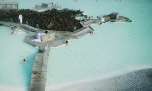 Vùng vẫy trong spa ngoài trời ở Iceland