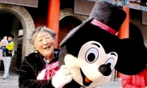 Cụ bà 75 tuổi kiếm tiền cho con cưới vợ