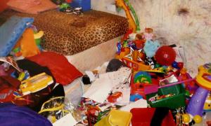 Bé 4 tuổi bị bố mẹ nhốt trong phòng ngập rác 12 ngày
