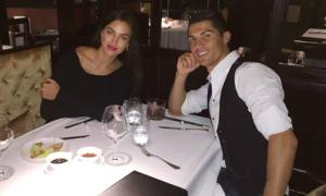 C. Ronaldo và bạn gái ăn tối mừng chiến thắng