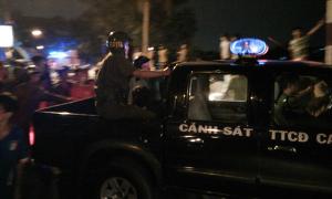 Nổ 3 phát súng bắt kẻ 'múa' kéo cố thủ trên nóc nhà