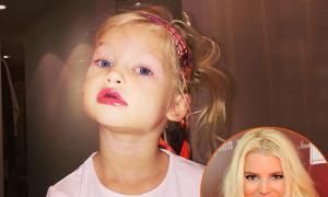 Con gái 2 tuổi của Jessica Simpson làm điệu với son bóng