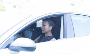 Thanh Hằng tự lái xe sang đi làm Đại sứ