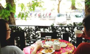 Ăn bánh uống trà làm nóng mùa đông Hà Nội