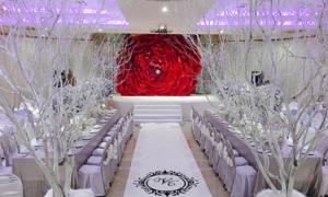 Tiệc cưới lãng mạn ngập tràn hoa hồng của Thủy Tiên