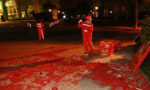 Công nhân Trung Quốc vất vả dọn rác sau mùng 1 Tết
