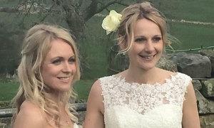 Người đẹp Anh kết hôn với bạn gái lâu năm