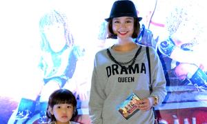 Hot girl Mi Vân dắt con gái cưng đi xem phim