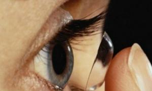Bị ký sinh trùng ăn giác mạc vì đeo kính áp tròng