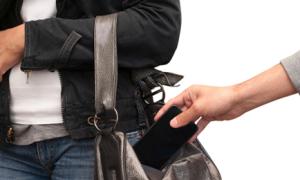 Trộm đòi được sex mới trả điện thoại cho chủ