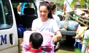 Thúy Hằng về Lào Cai làm từ thiện