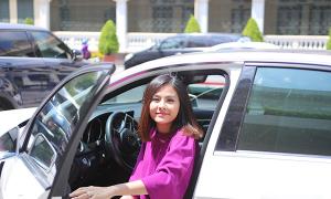 Vân Trang tự lái xế hộp đi sự kiện