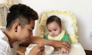 Phan Hiển: 'Tôi phụ trách việc thay bỉm và cho con ăn'