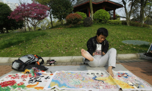 Chàng trai kiếm sống nhờ thêu tranh chữ thập bằng chân