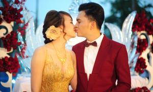 Nam Cường hôn vợ ngọt ngào trong tiệc cưới ở Hà Nội