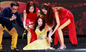 Lương Bích Hữu bị xô ngã trên sân khấu