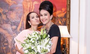 Diễm My hội ngộ Hoa hậu Áo dài VN đầu tiên